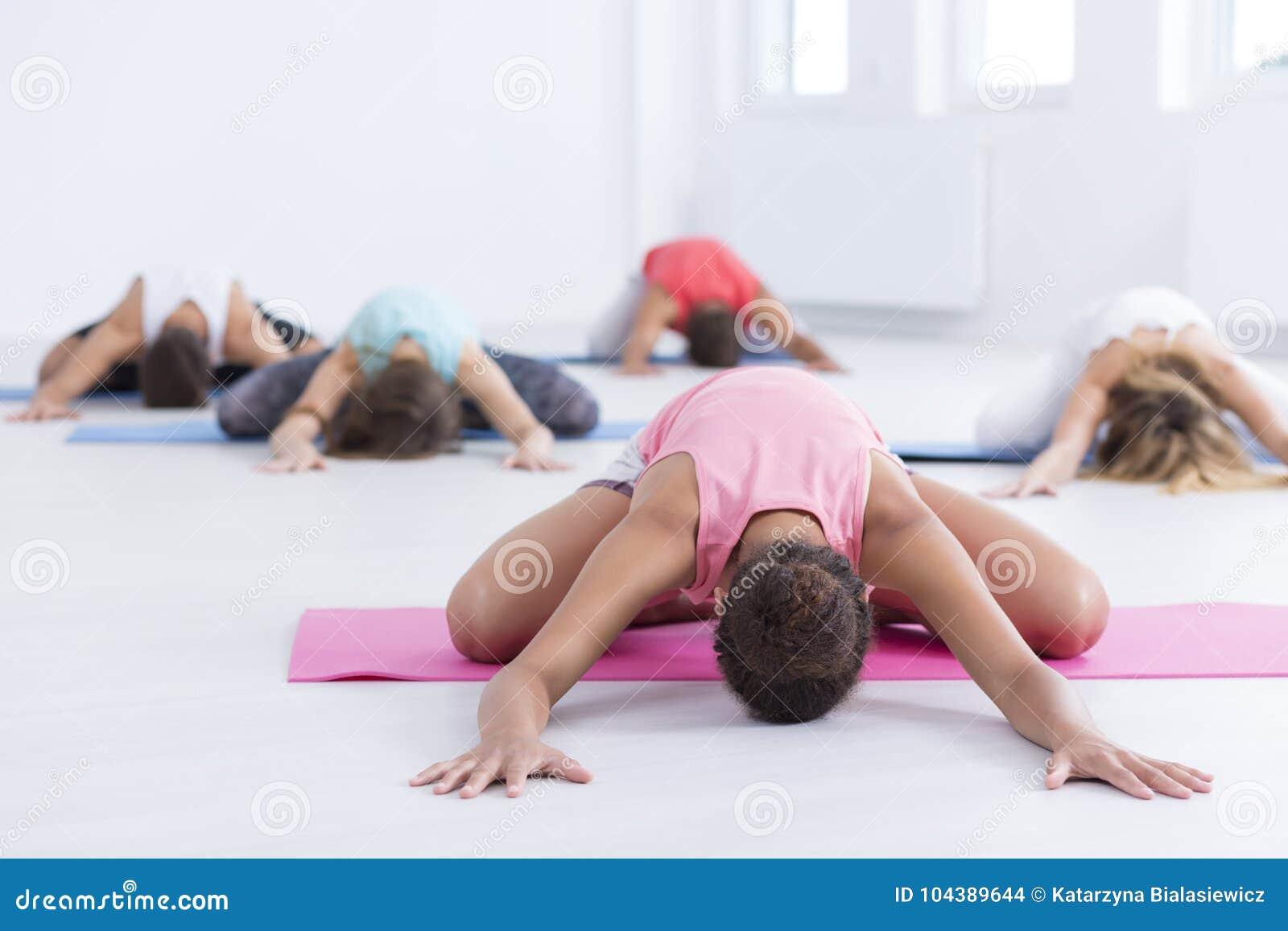 Ćwiczy joga przy gym