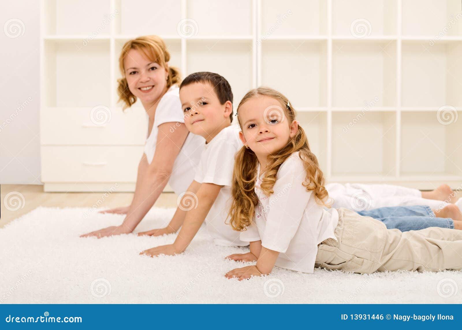 ćwiczy rodzinnego gym szczęśliwego zdrowego robienie