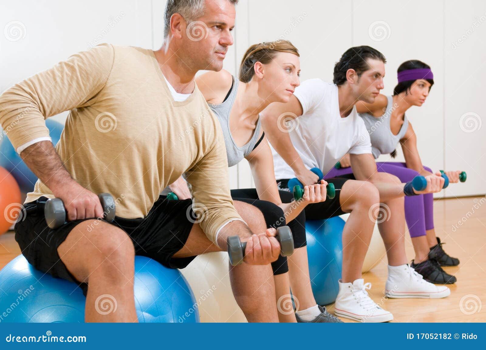 ćwiczy sprawności fizycznej gym