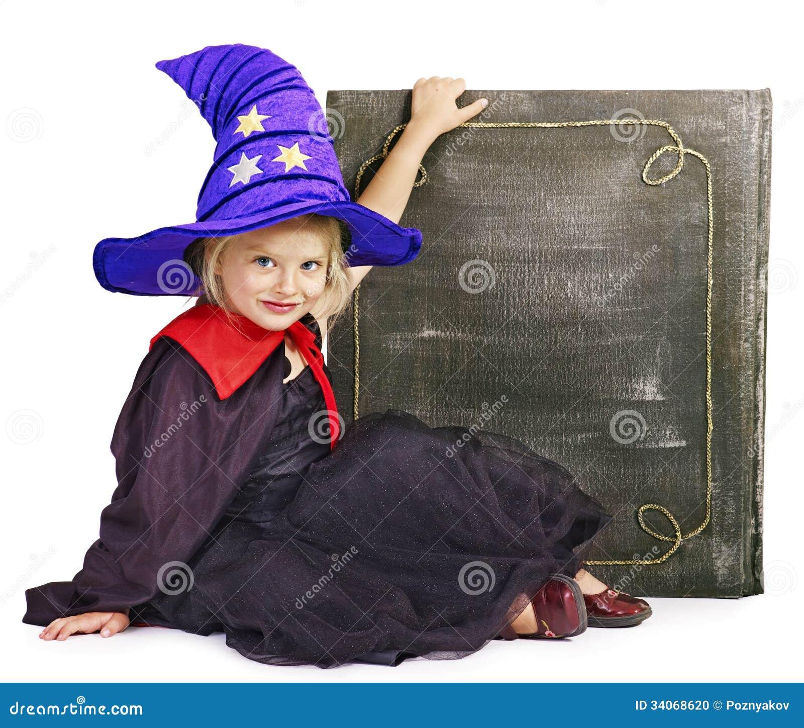 拿着书的巫婆小女孩