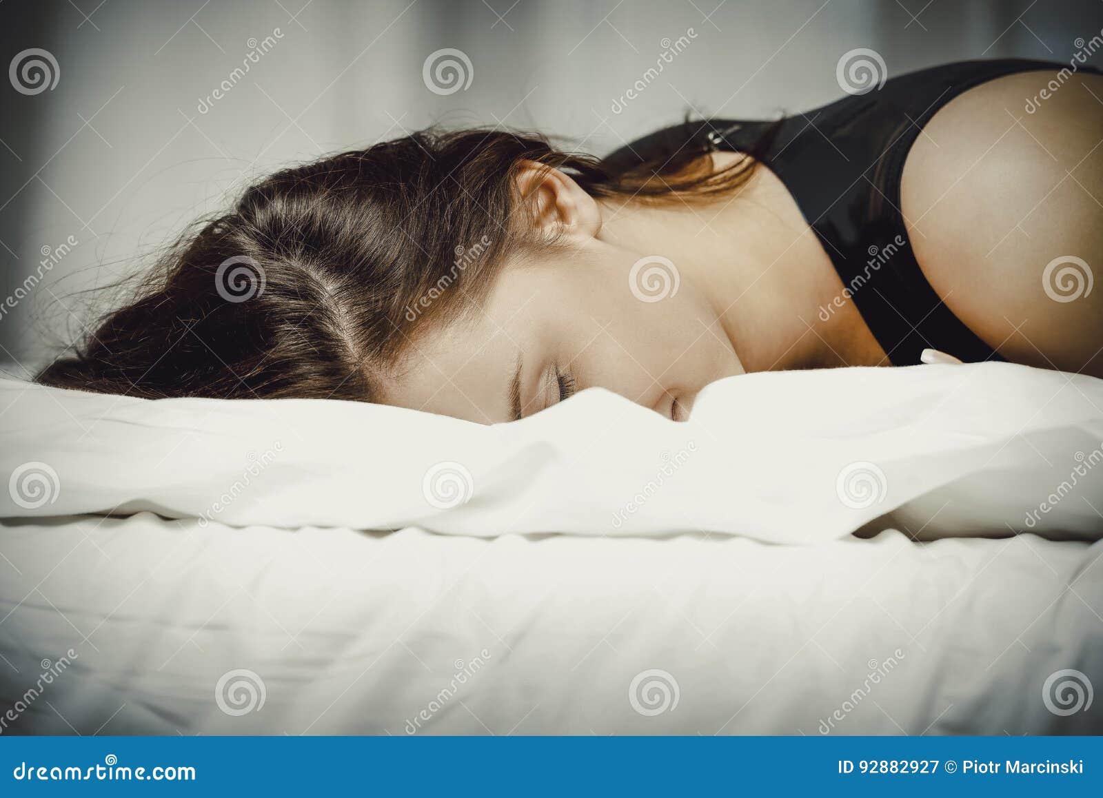 łóżko pijąca sypialna kobieta