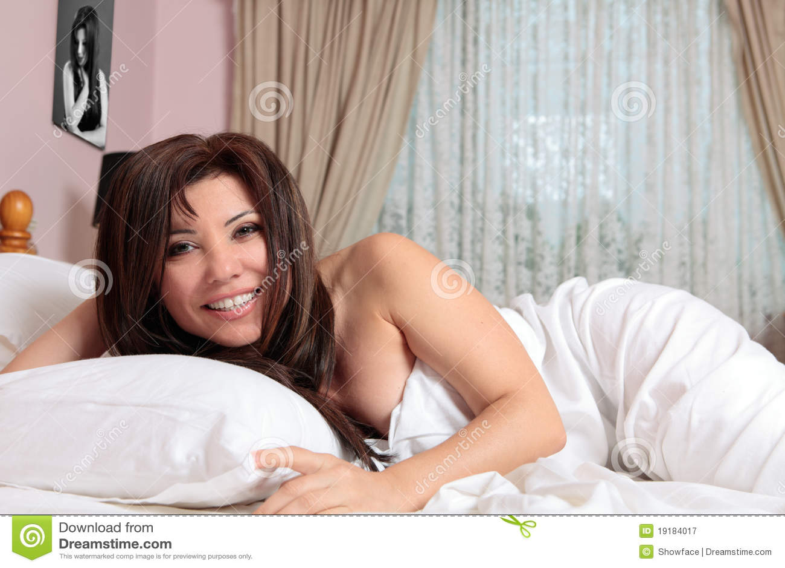 łóżkowa target506_0_ uśmiechnięta kobieta