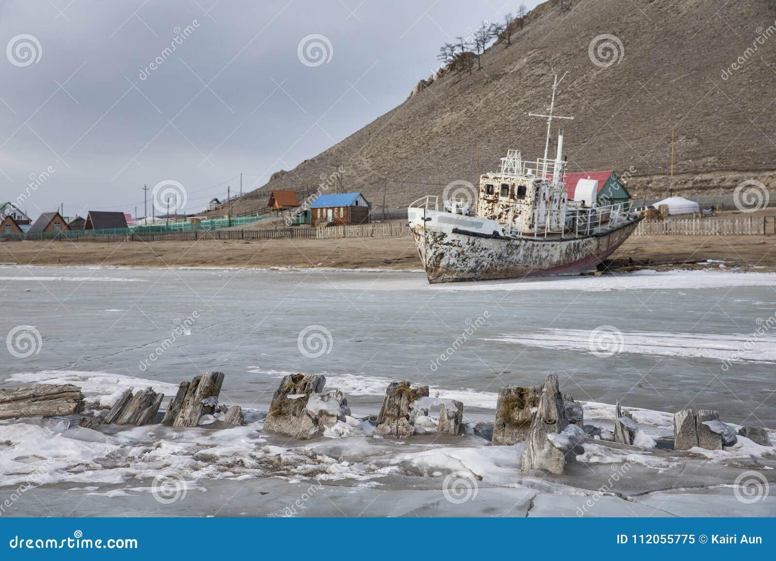 Łódź blokował w lodzie w zamarzniętym jeziornym Khuvsgul w północnym Mongoli