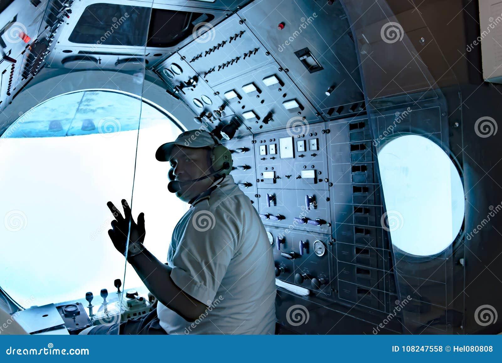 Łódź podwodna pilot w Atlantis VI łodzi podwodnej w porcie Aruba