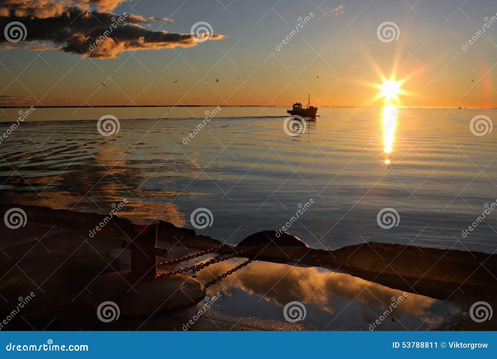 Łódź rybacka out morze od portu przy wschodem słońca słońce