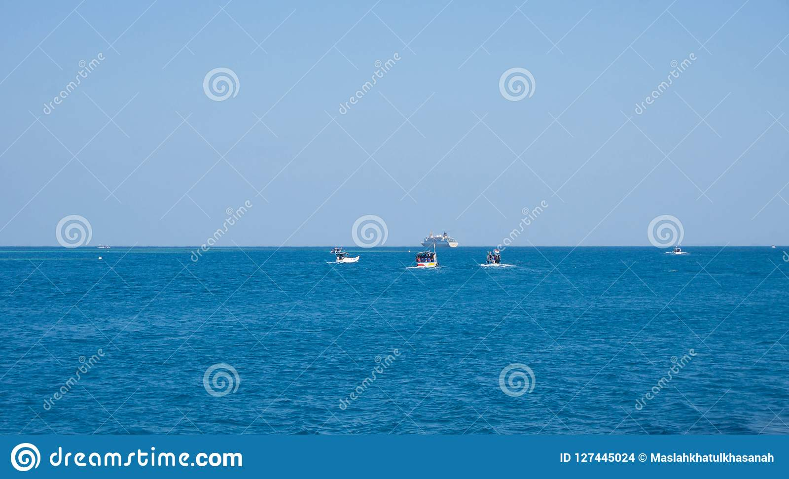 Łódź rybacka z głębokim błękitnym ciemnym morzem w karimun jawie