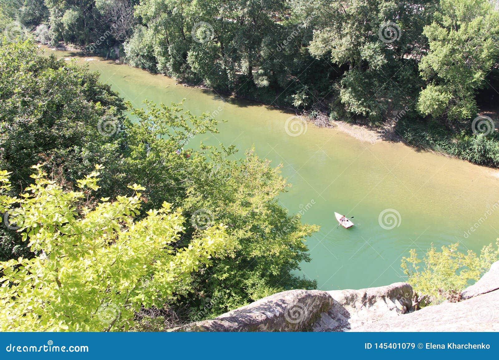 Łódź unosi się na halnej rzece odgórnego widok od góry