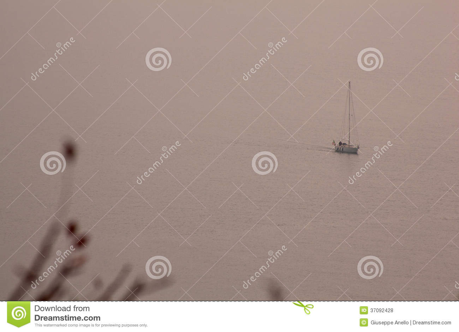 Download Łódź w morzu zdjęcie stock. Obraz złożonej z życie, pogoda - 37092428