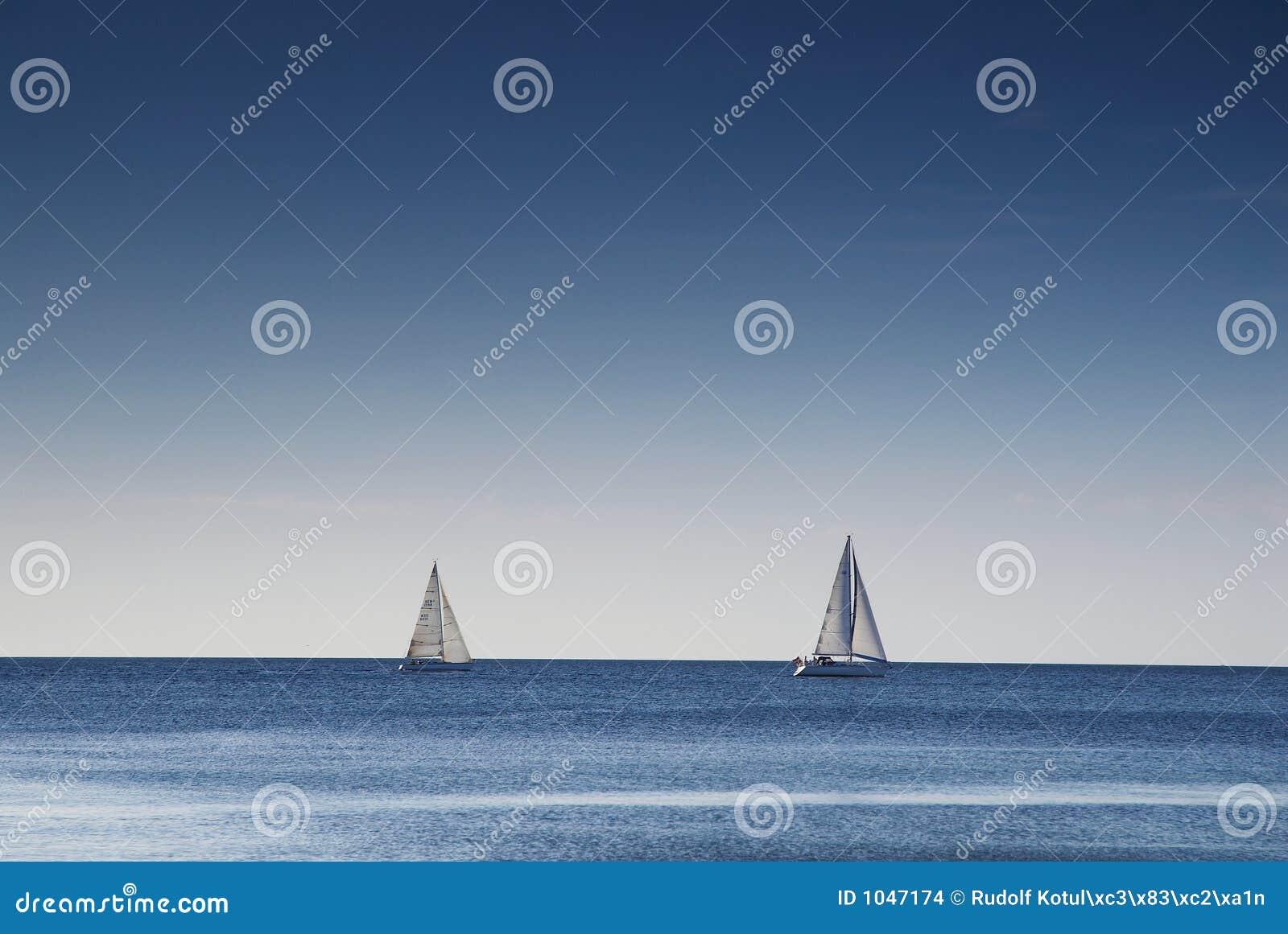 łódka dwa żeglując
