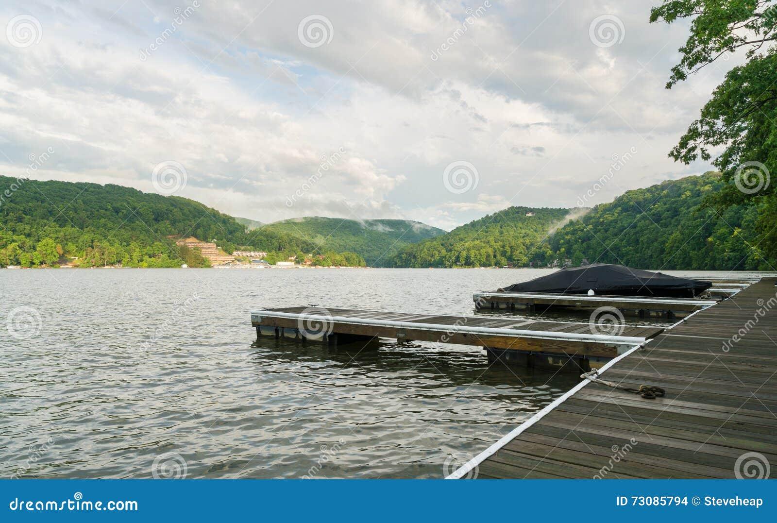 Łódkowaty dok na Nabranie jeziorze Morgantown