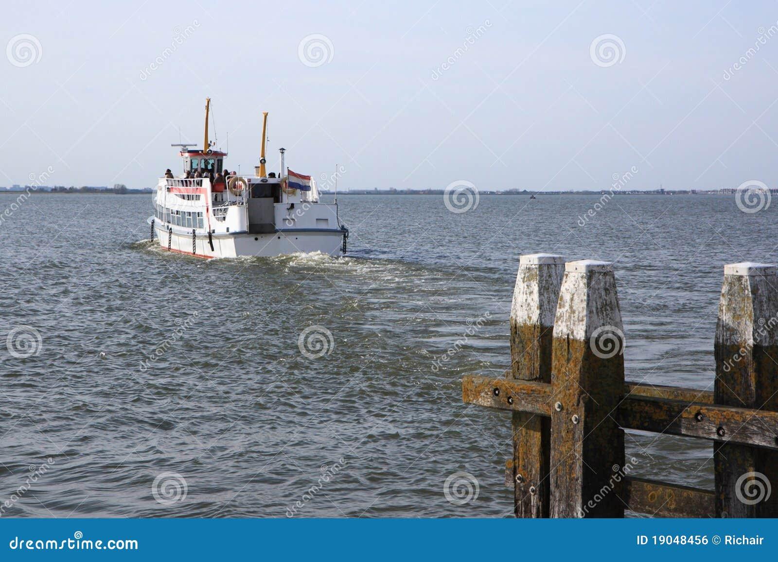 łódkowaty opuszczać port