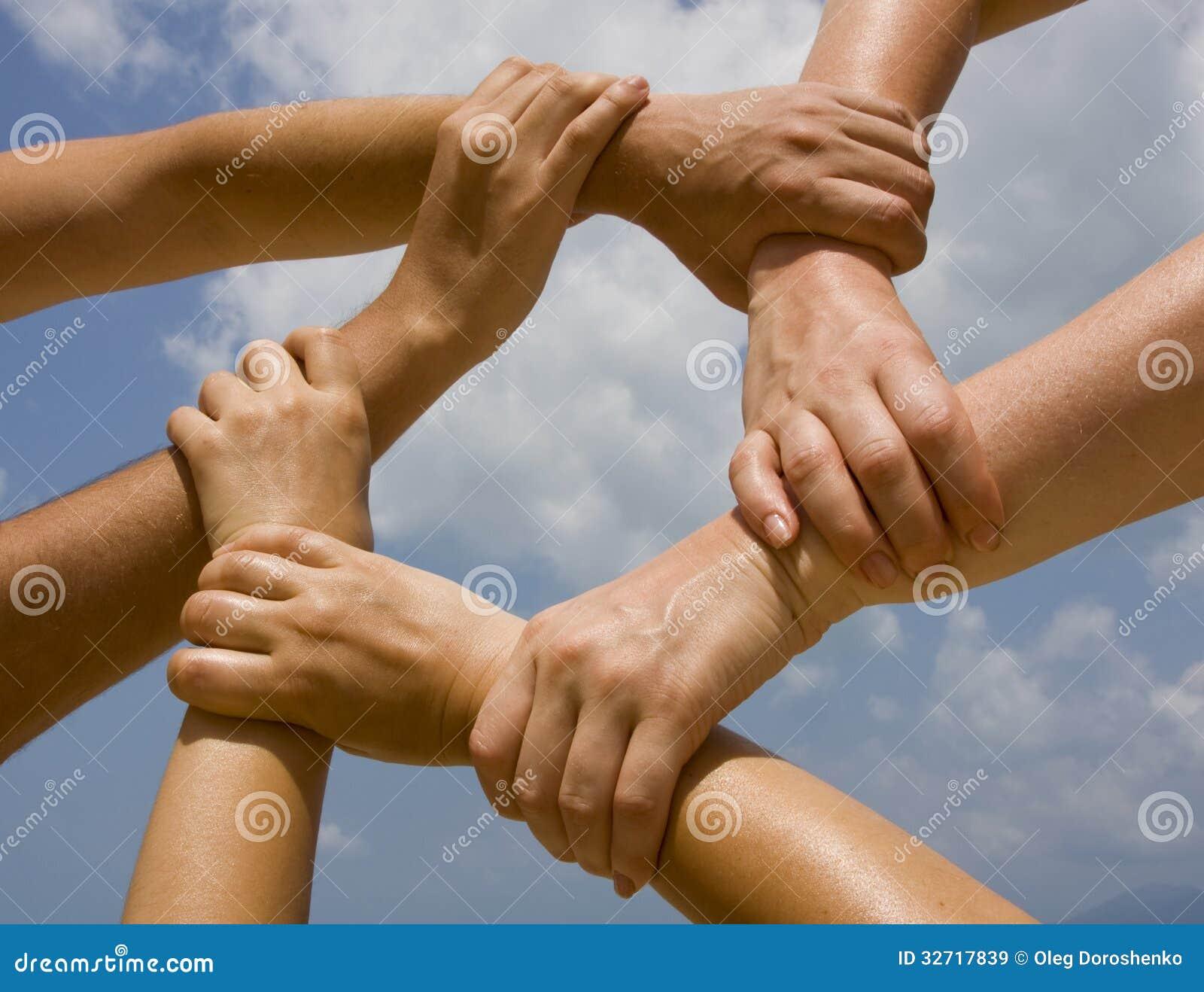 Łączyć ręki w łańcuchu