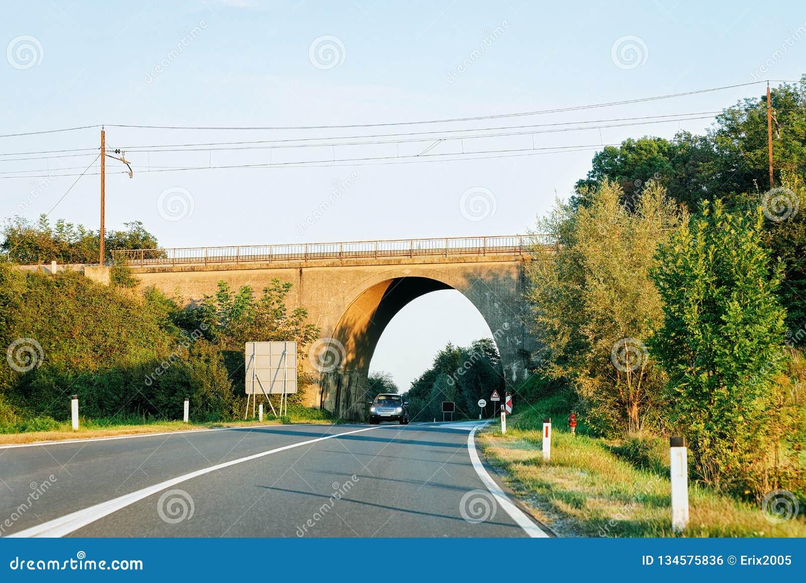 Łękowaty most na autostrady drodze w Maribor Slovenia
