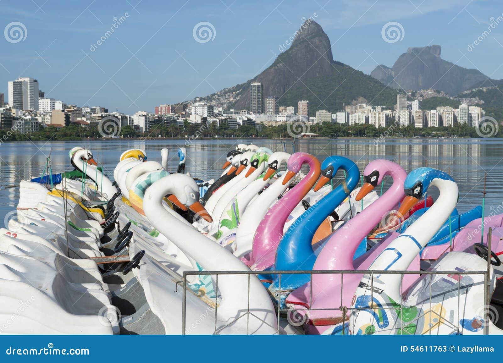 Łabędzia łodzi Lagoa Rio De Janeiro Brazylia Sceniczna linia horyzontu