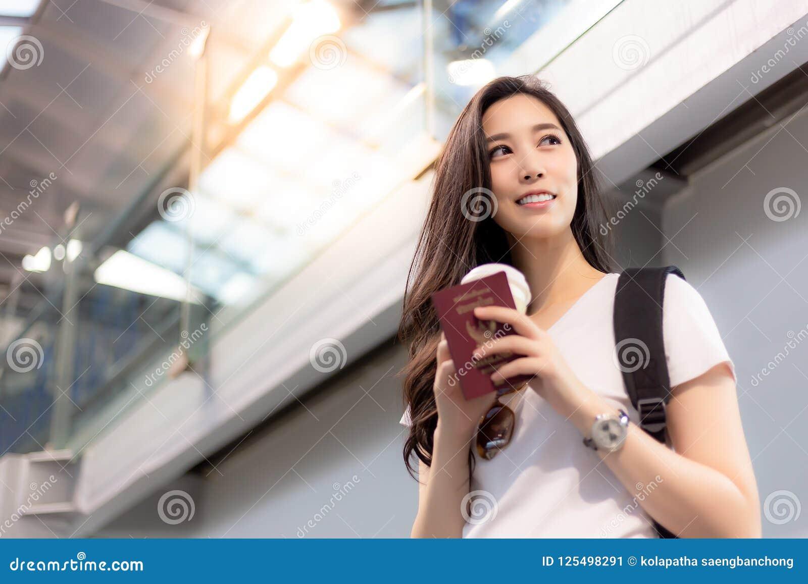 Ładna azjatykcia kobieta dostaje wakacje, powabni piękni kobieta projekty