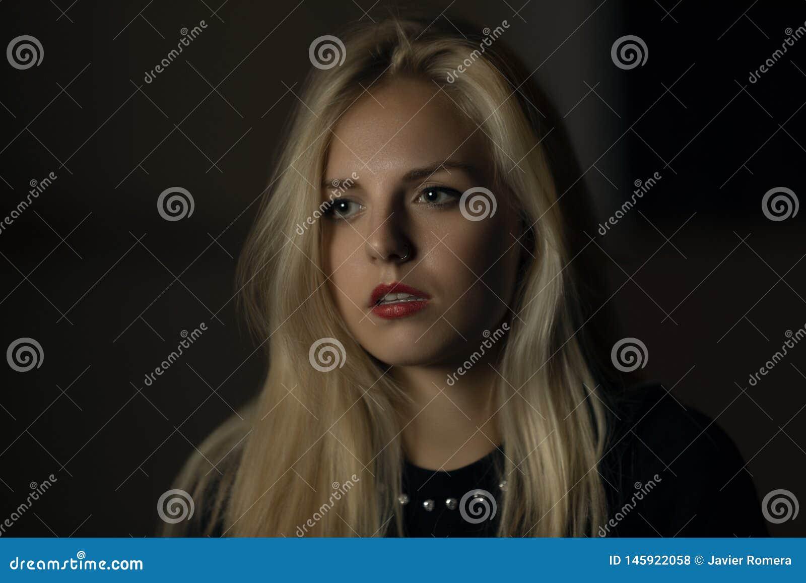 Ładna blondynka oszołamiająca w zmroku