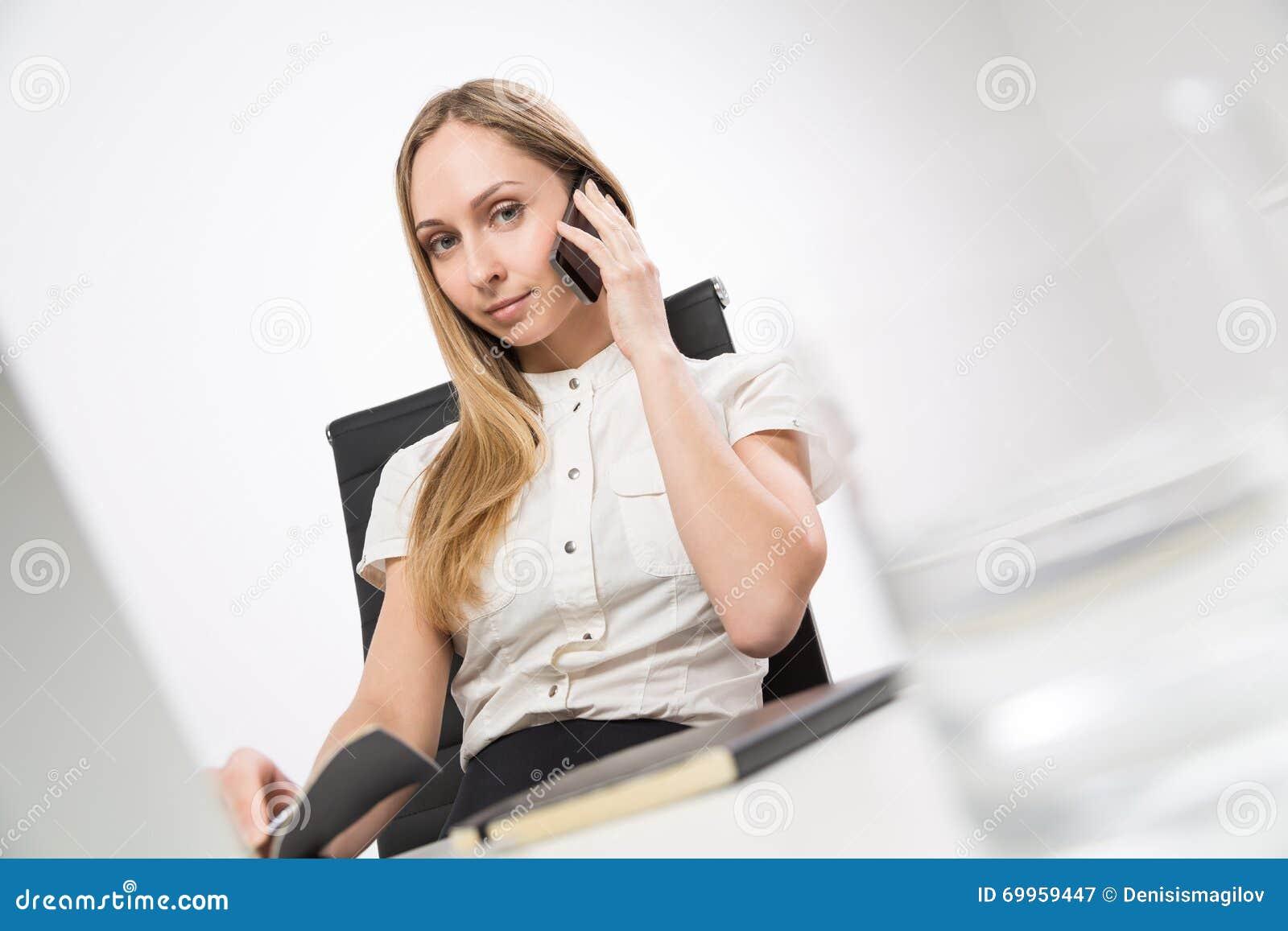 Ładna dama na telefonie