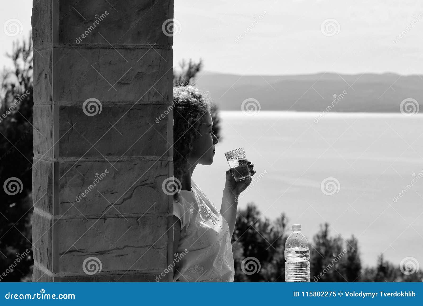 Ładna dziewczyna napojów woda