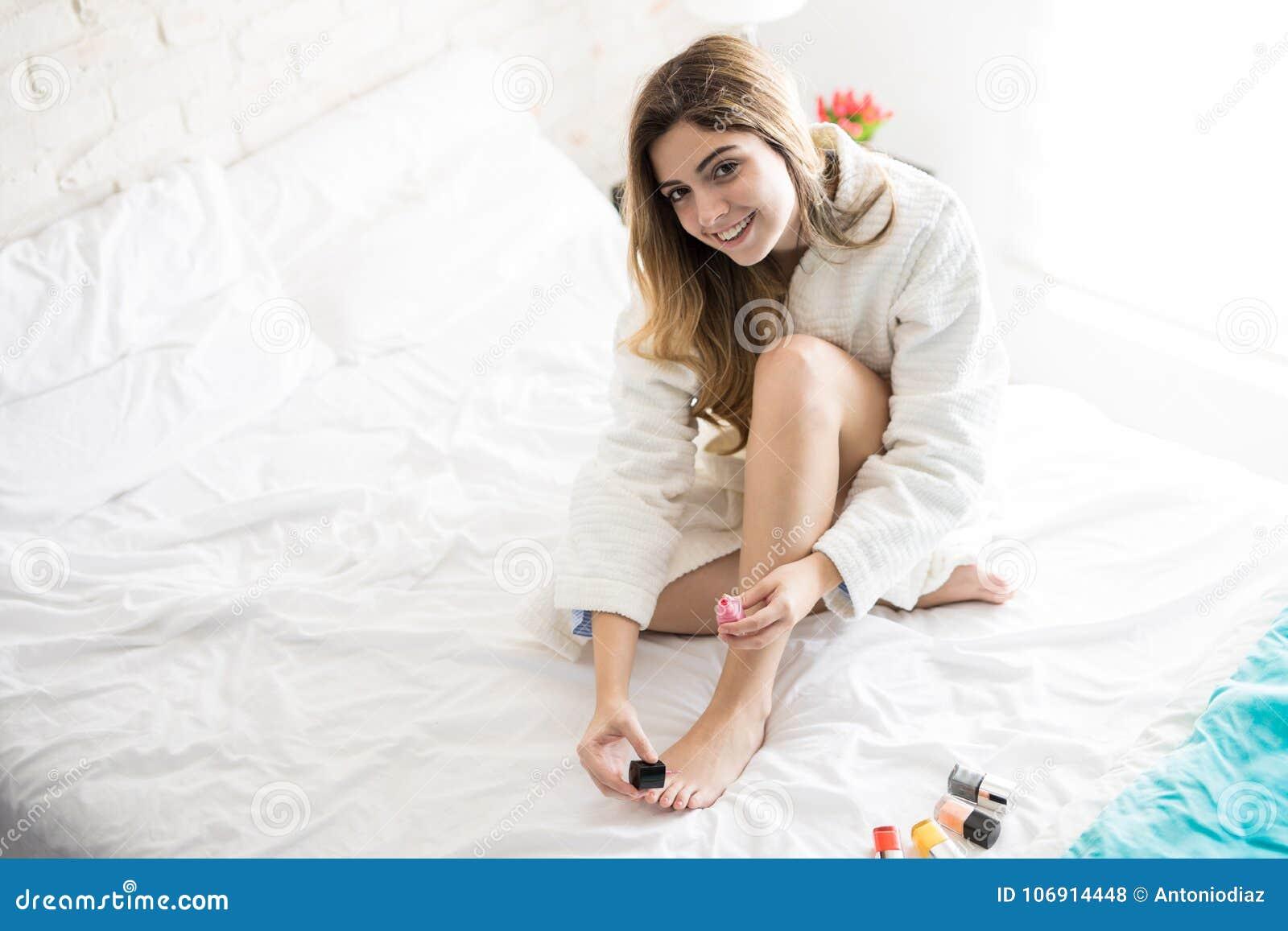 Ładna dziewczyna używa gwoździa połysk