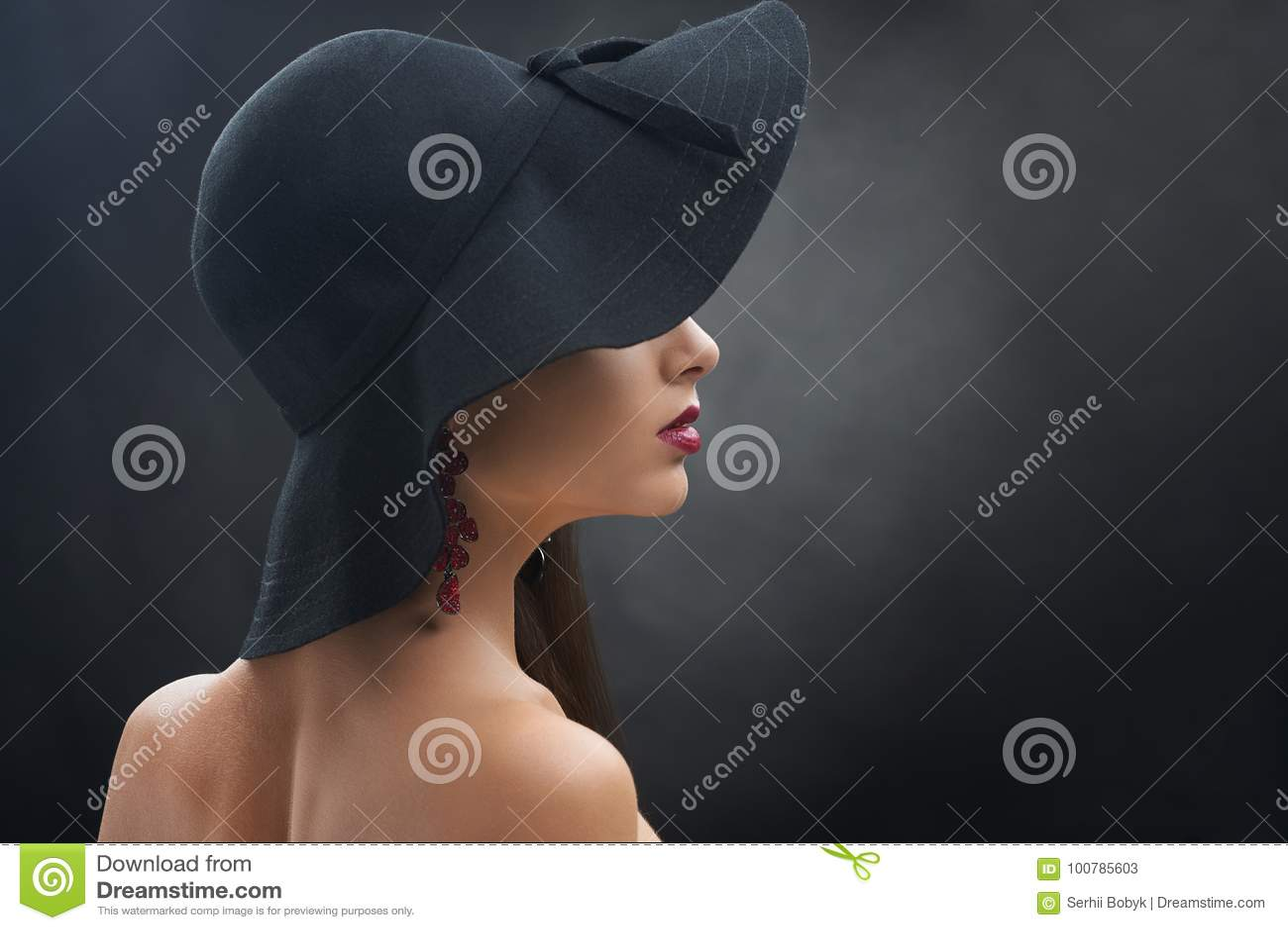 Ładna dziewczyna w czarnym kapeluszu