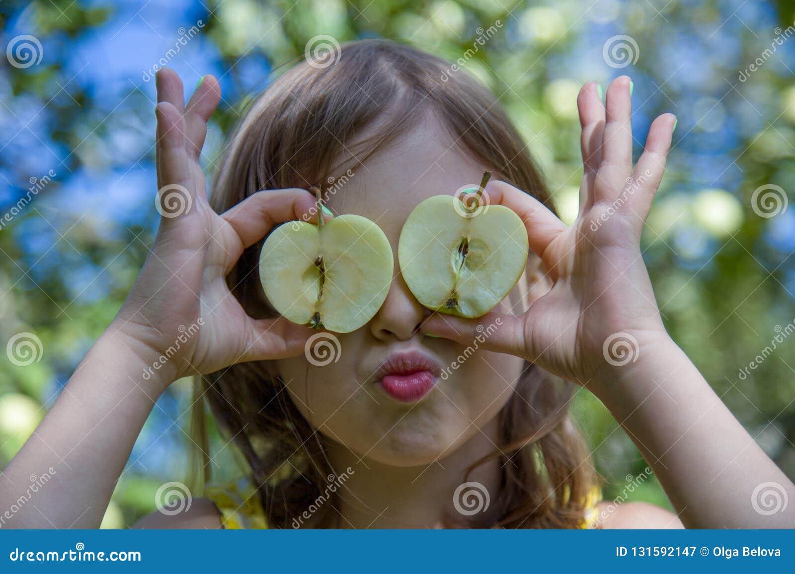 Ładna dziewczyna z przyrodnimi jabłkami na naturalnym tle