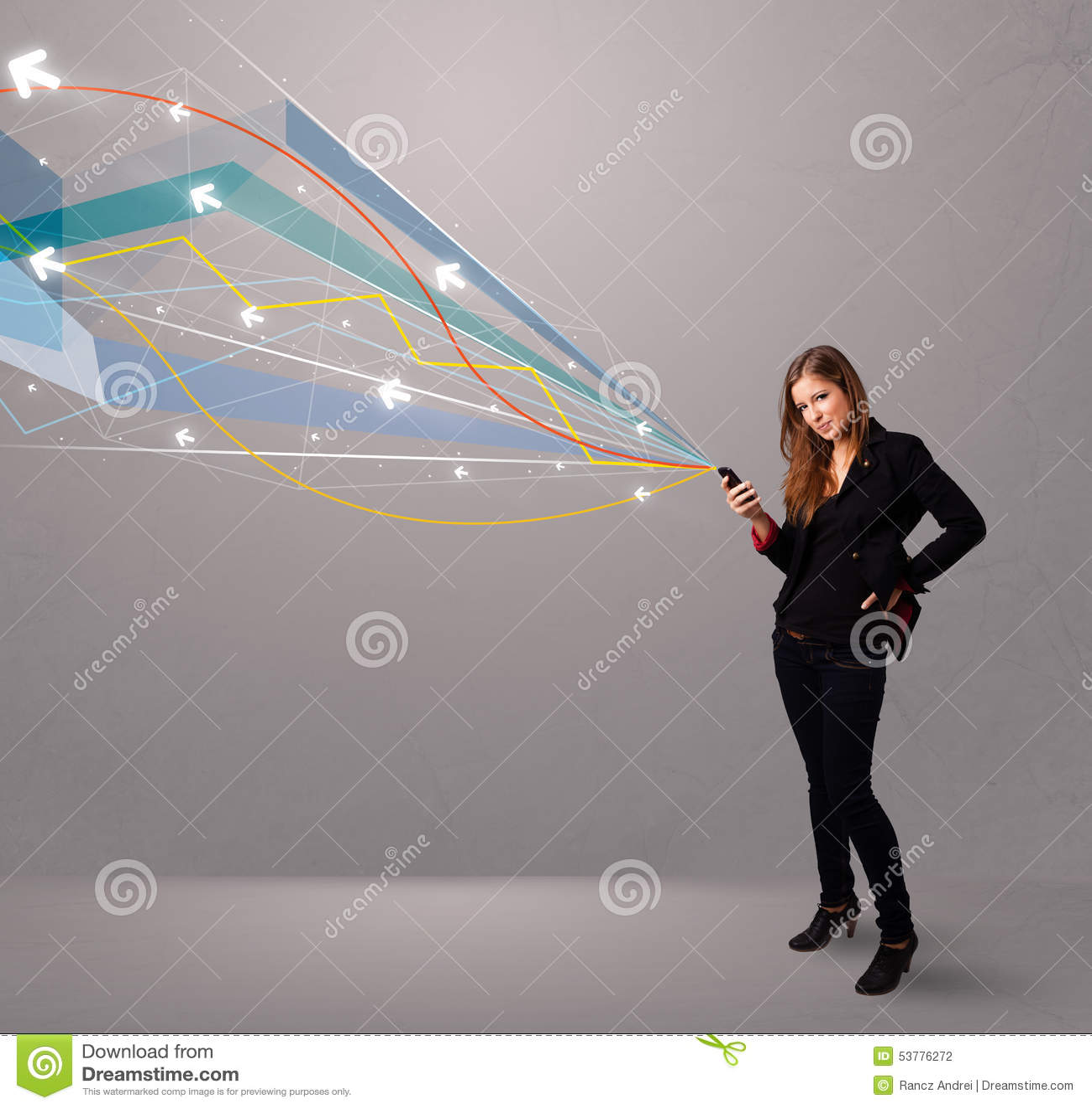 Ładna młoda dama trzyma telefon z kolorowym abstraktem wykłada a