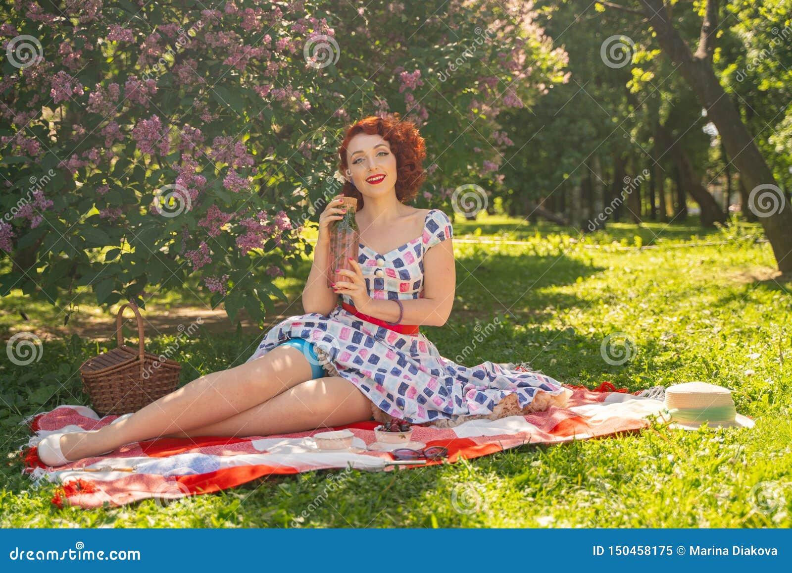 Ładna potomstwo szpilka w górę dziewczyny ma odpoczynek na naturze szczęśliwa szczupła młoda kobieta jest ubranym rocznika smokin