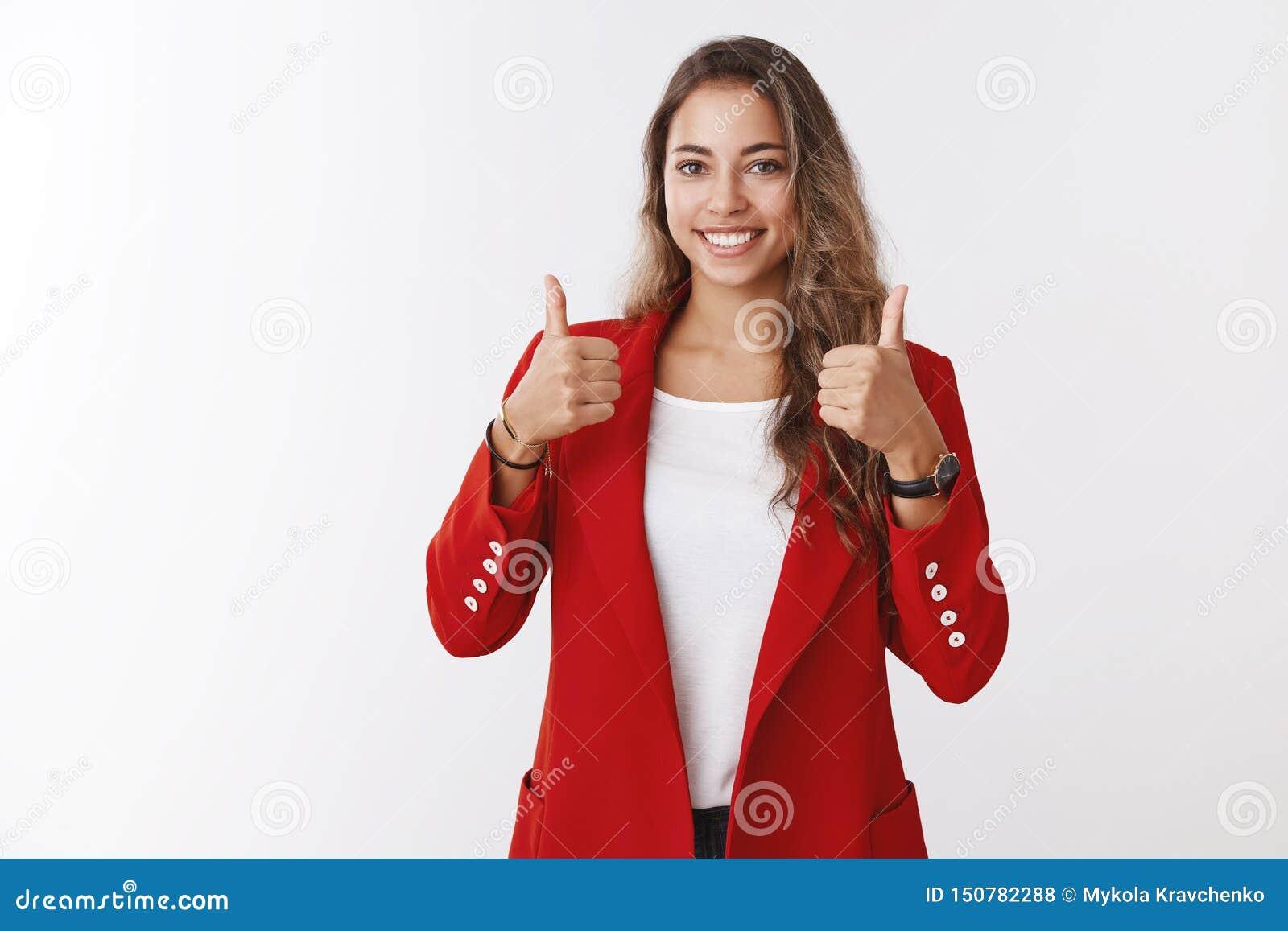 Ładna praca wielka, dobrze robić, Dumny atrakcyjny zadowolony żeński przedsiębiorca pokazuje aprobaty uśmiecha się zachwycający z