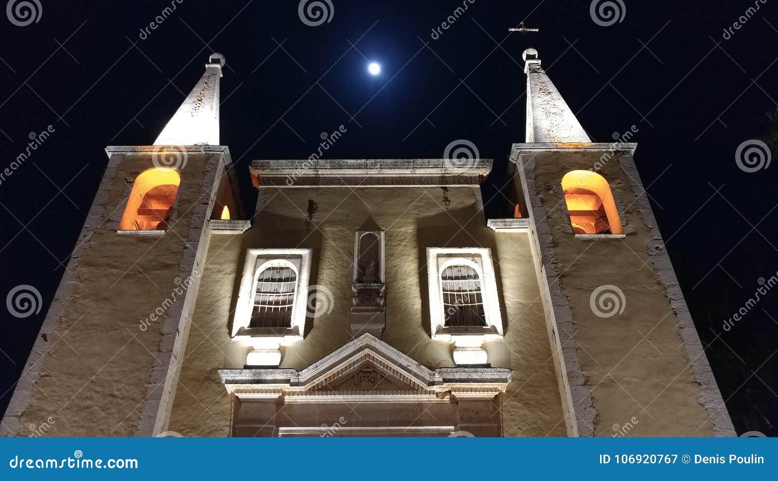 Ładna stara kościelna fasada w Merida, Meksyk