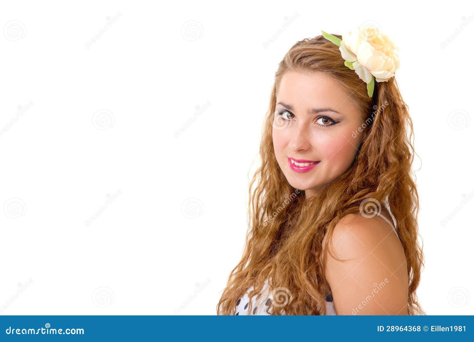 Ładna szpilka w górę dziewczyny z kwiatem w ona długi kędzierzawy włosy