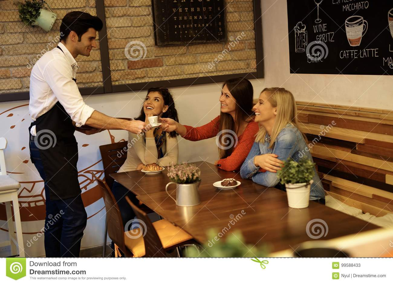 Ładne dziewczyny w kawiarni