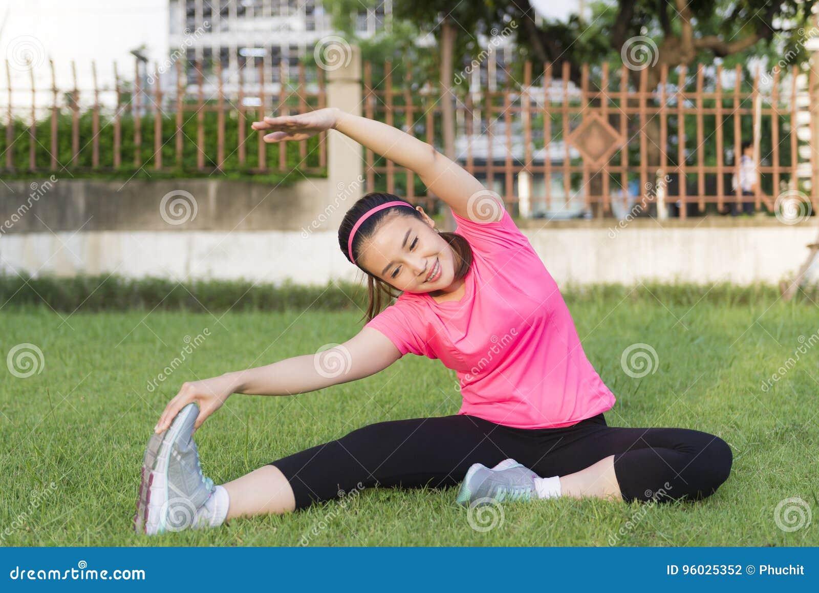 Ładne kobiety rozciąga przed ćwiczeniem