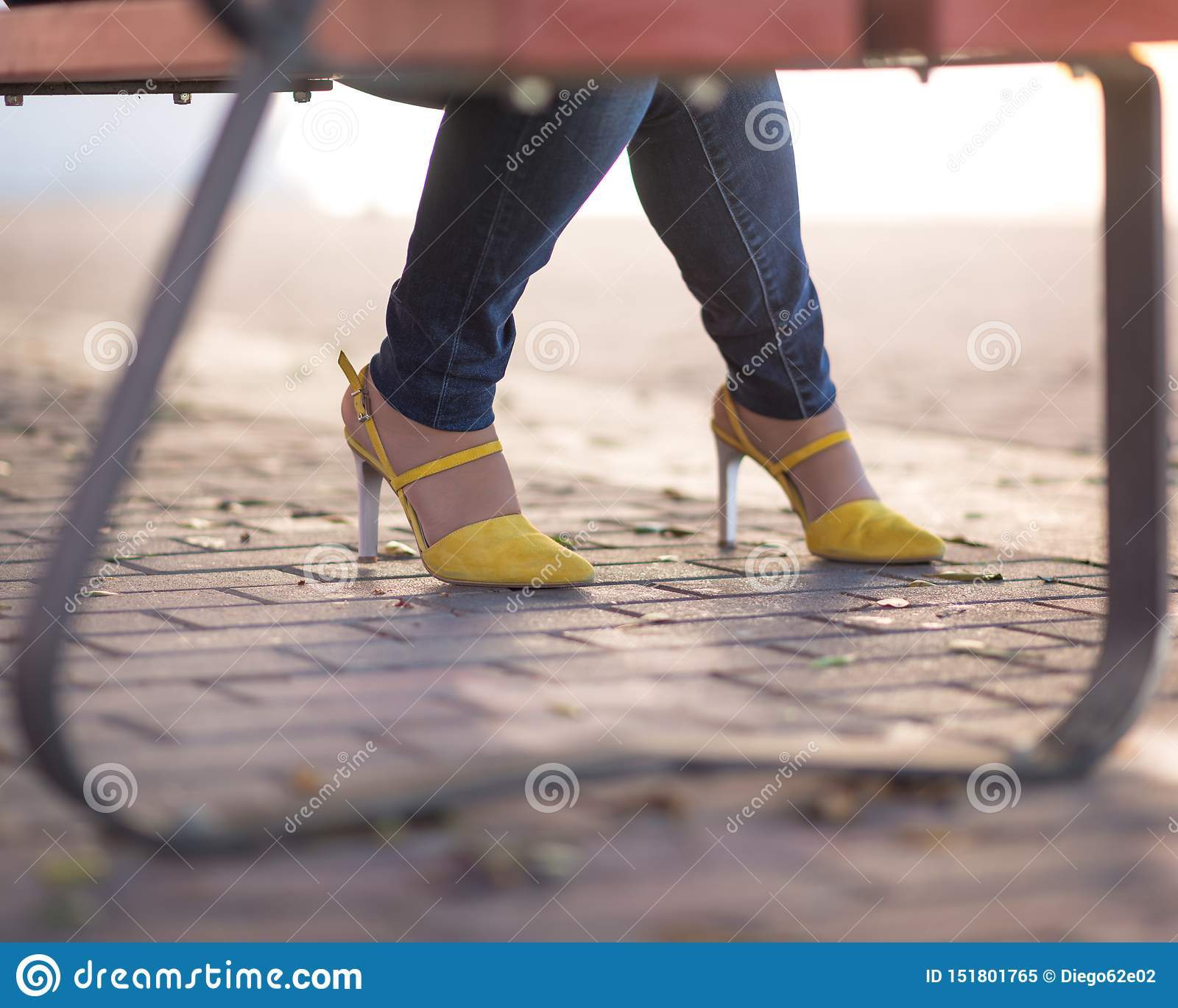 Ładni kolorów żółtych buty