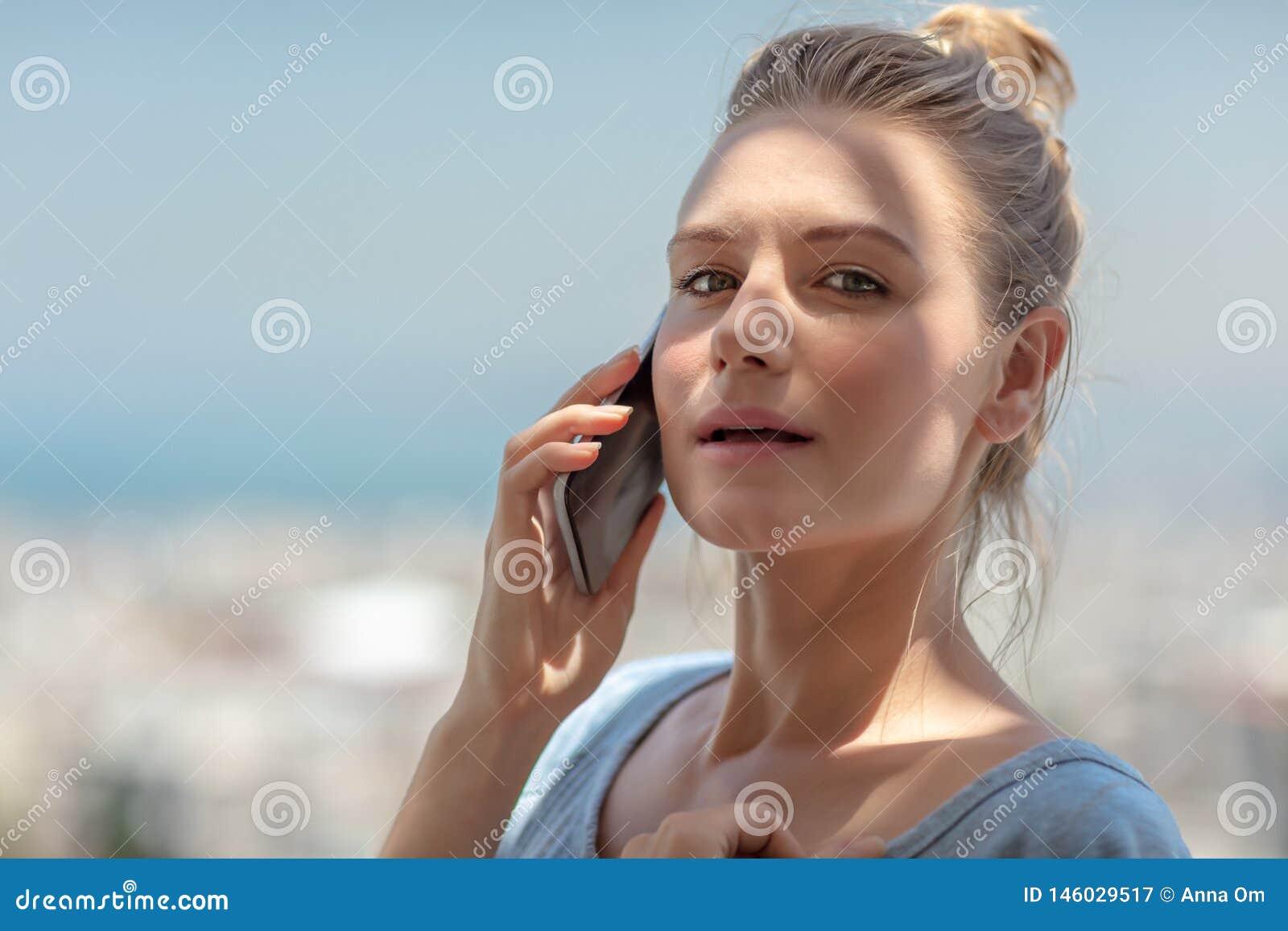 Ładny żeński mówienie na telefonie