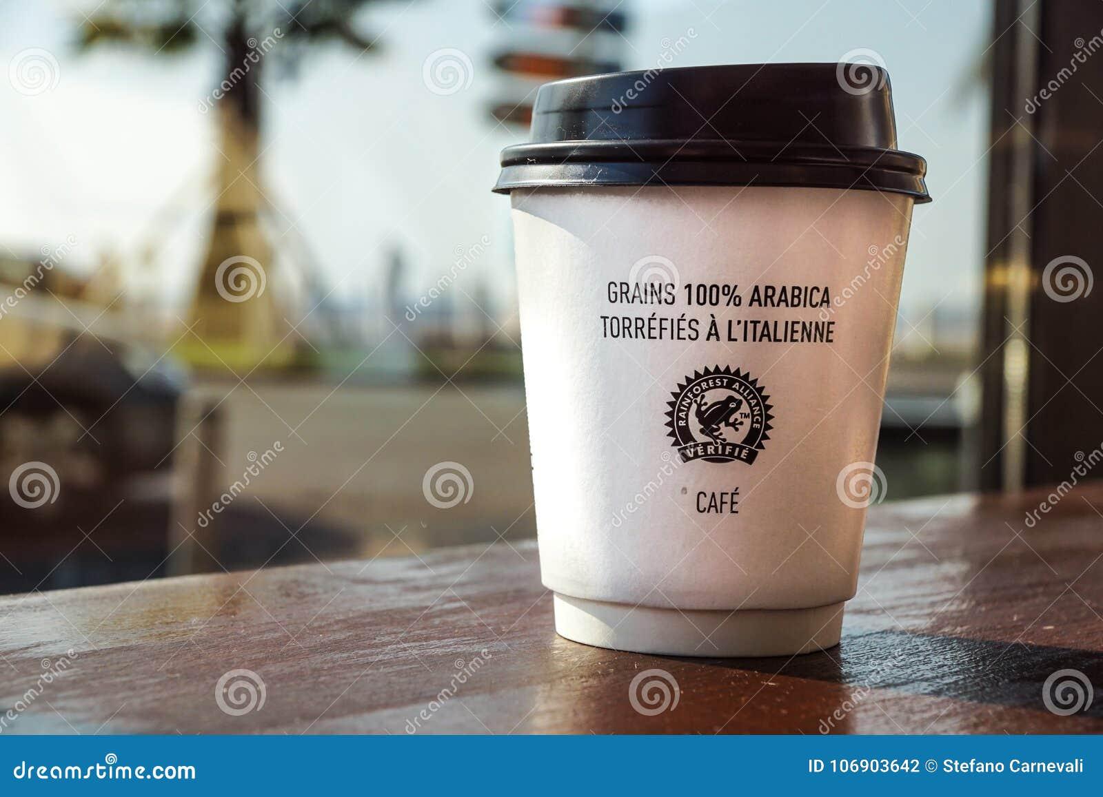 Ładny, Francja -02 august 2017: Papierowa filiżanka od sklep z kawą na drewnianym tle