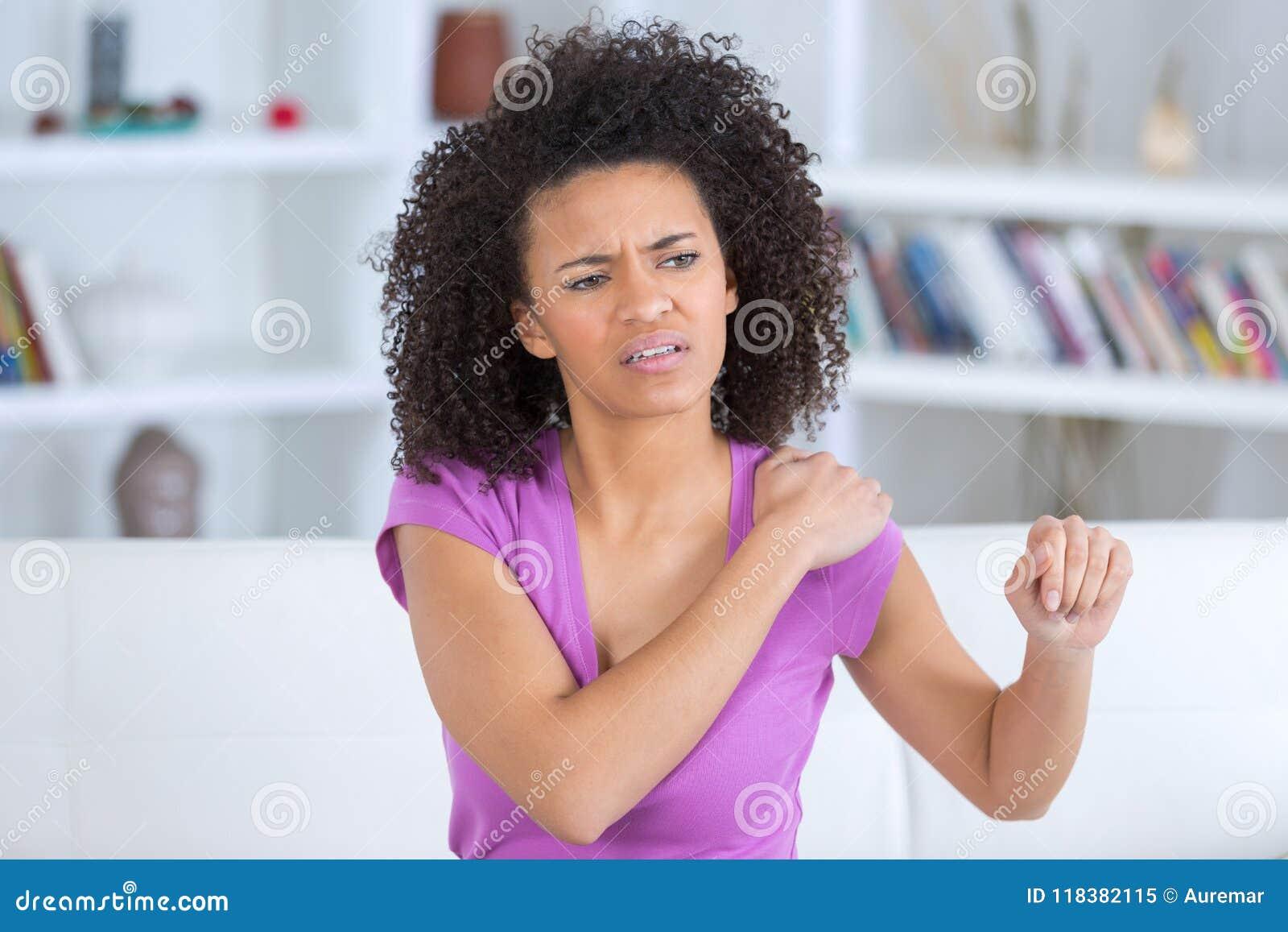 Ładny kobiety uczucia ręki ból w domu
