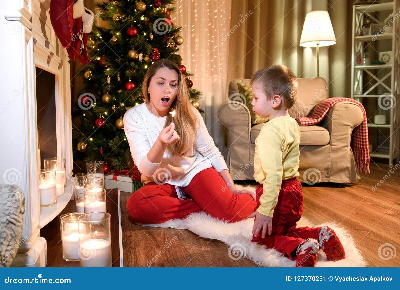 Ładny młody mamusi dmuchania puszek palenia dopasowanie
