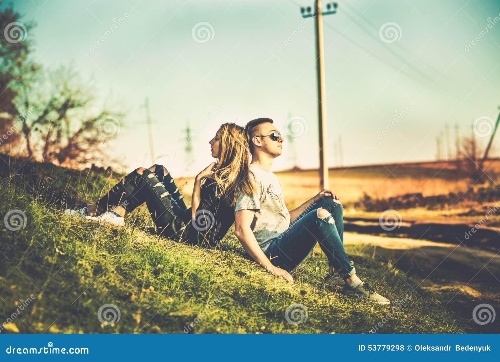Ładny para odpoczynek plenerowy w lesie