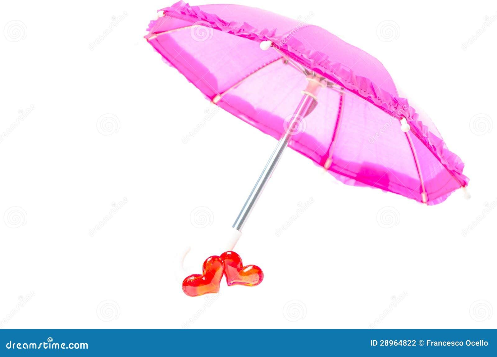 Ładny różowy parasol z dwa sercami