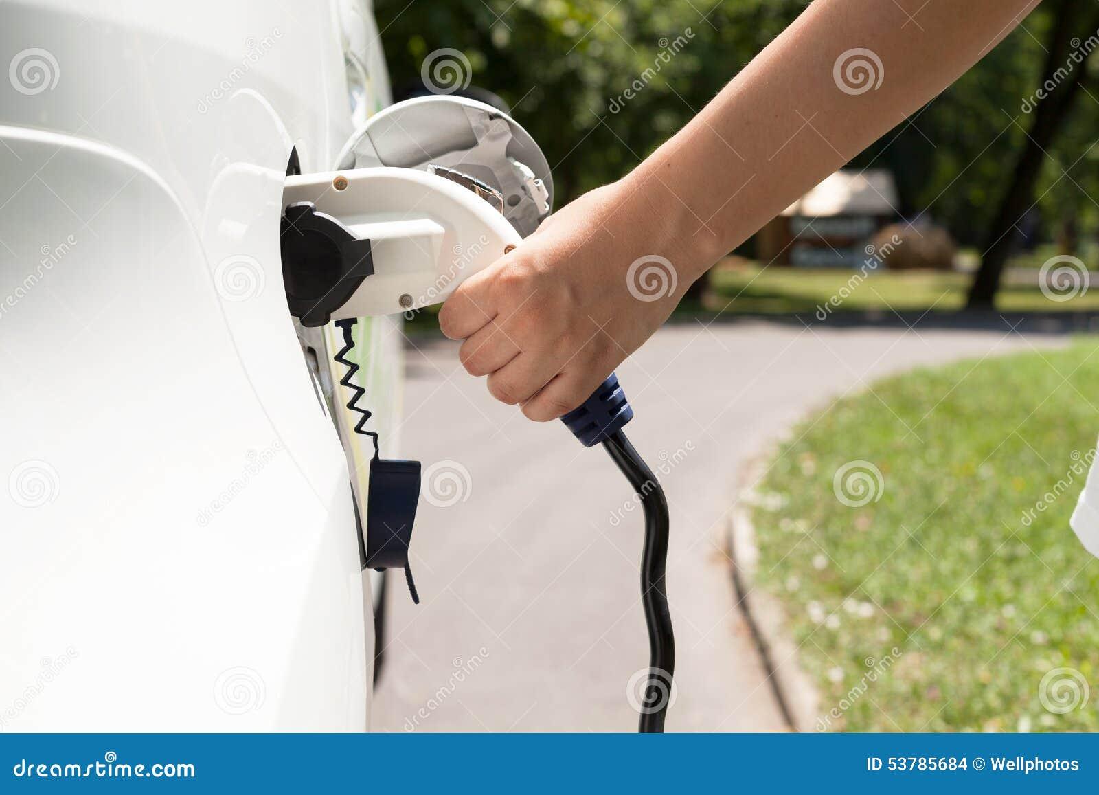 ładować elektryczny pojazd