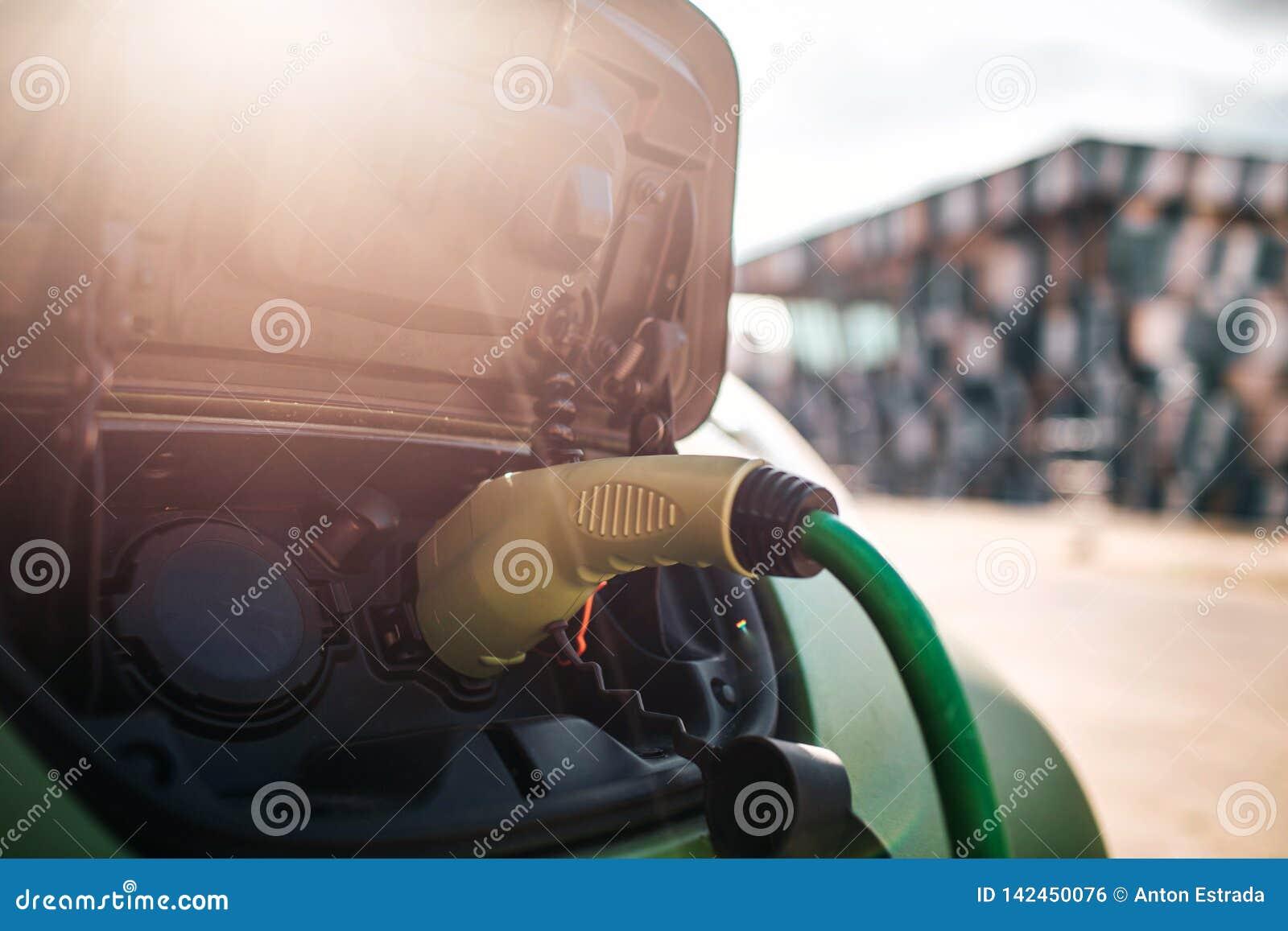 ładować elektryczny stacyjny pojazd Ładować elektrycznego samochód z władza kabla dostawą czopującą wewnątrz Życzliwy samochód dl