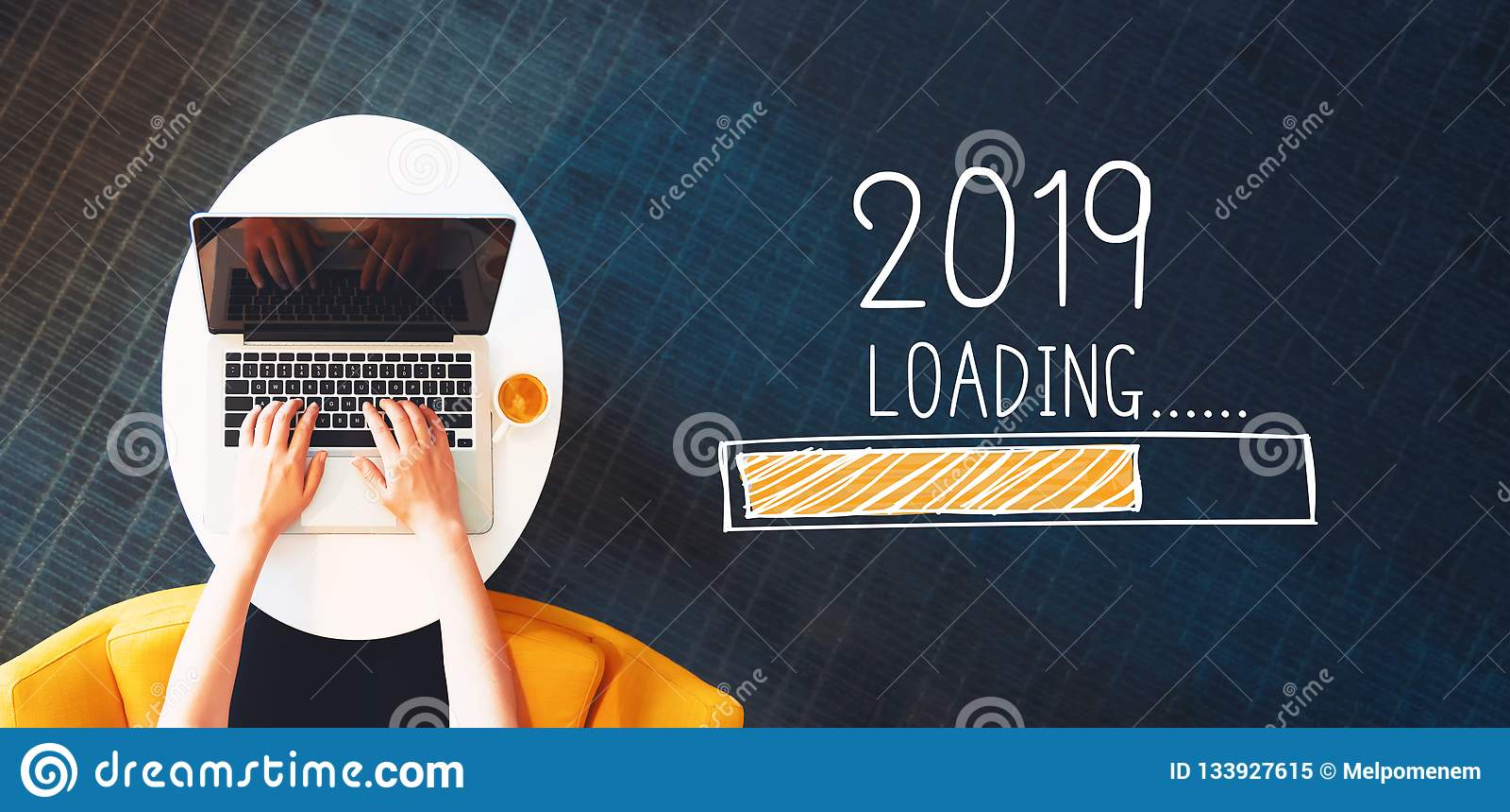 Ładowniczy nowy rok 2019 z osobą używa laptop