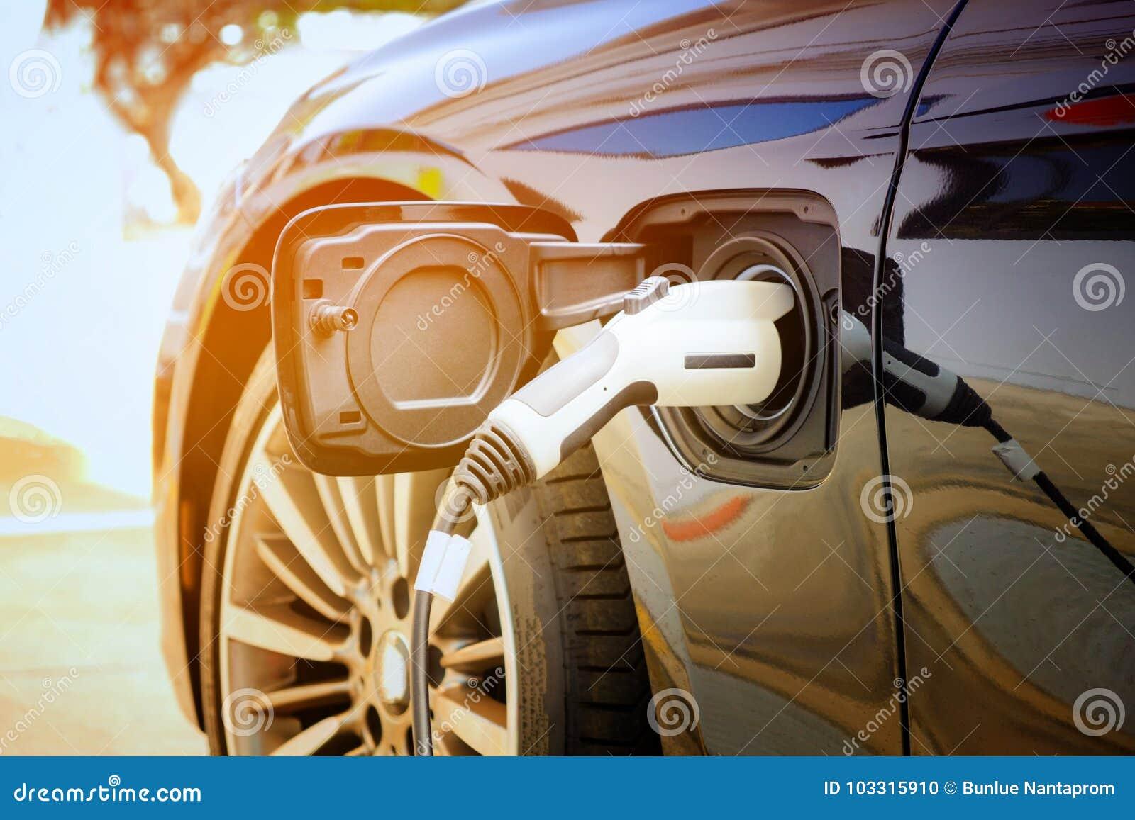Ładuje nowożytna elektryczna samochodowa bateria na ulicie które są
