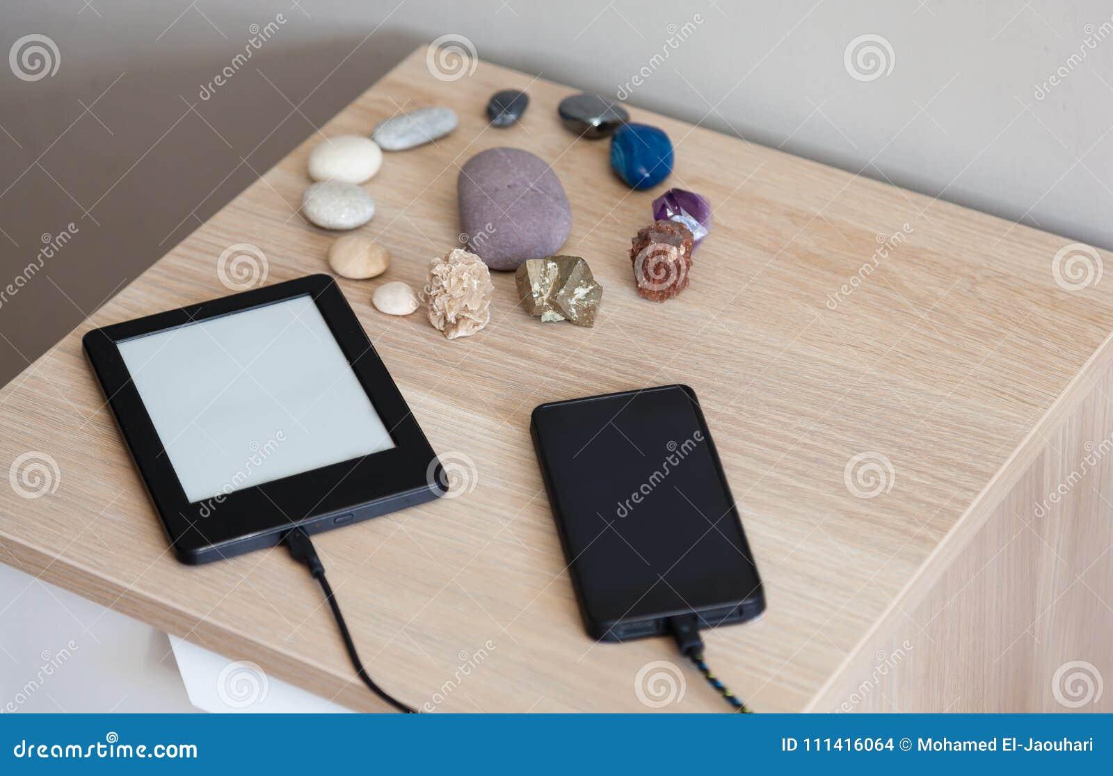 Ładuje przenośnego urządzenia pojęcie w domu