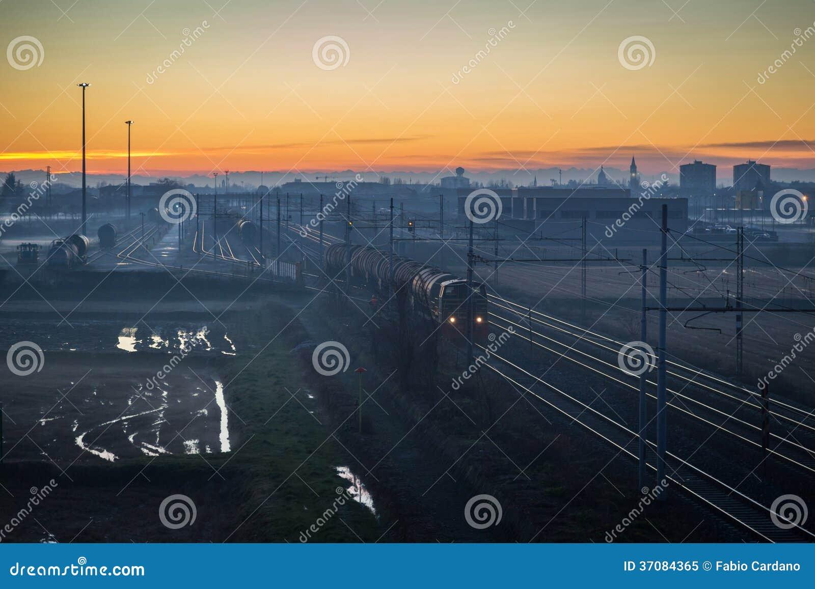 Download Ładunku Pociąg Przy Zmierzchem Obraz Stock - Obraz złożonej z metal, kolej: 37084365