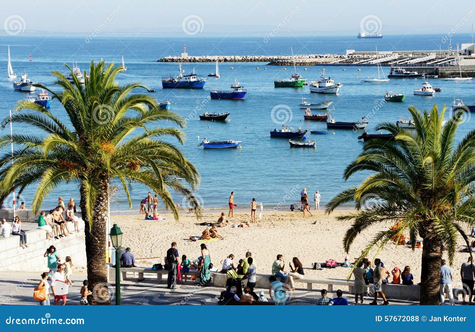 Ładunku statek przy kotwicą, czeka wchodzić do, Cascais, Portugalia