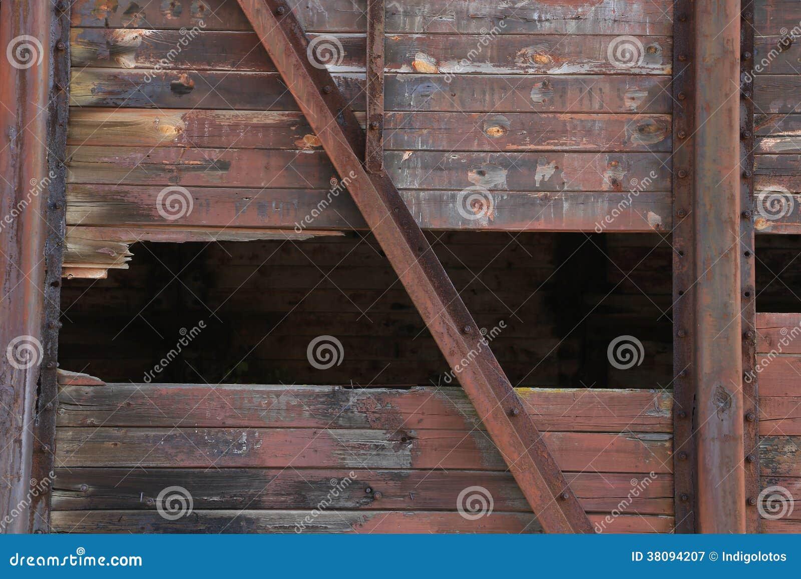 Łamana brown drewno ściana z metal teksturą.