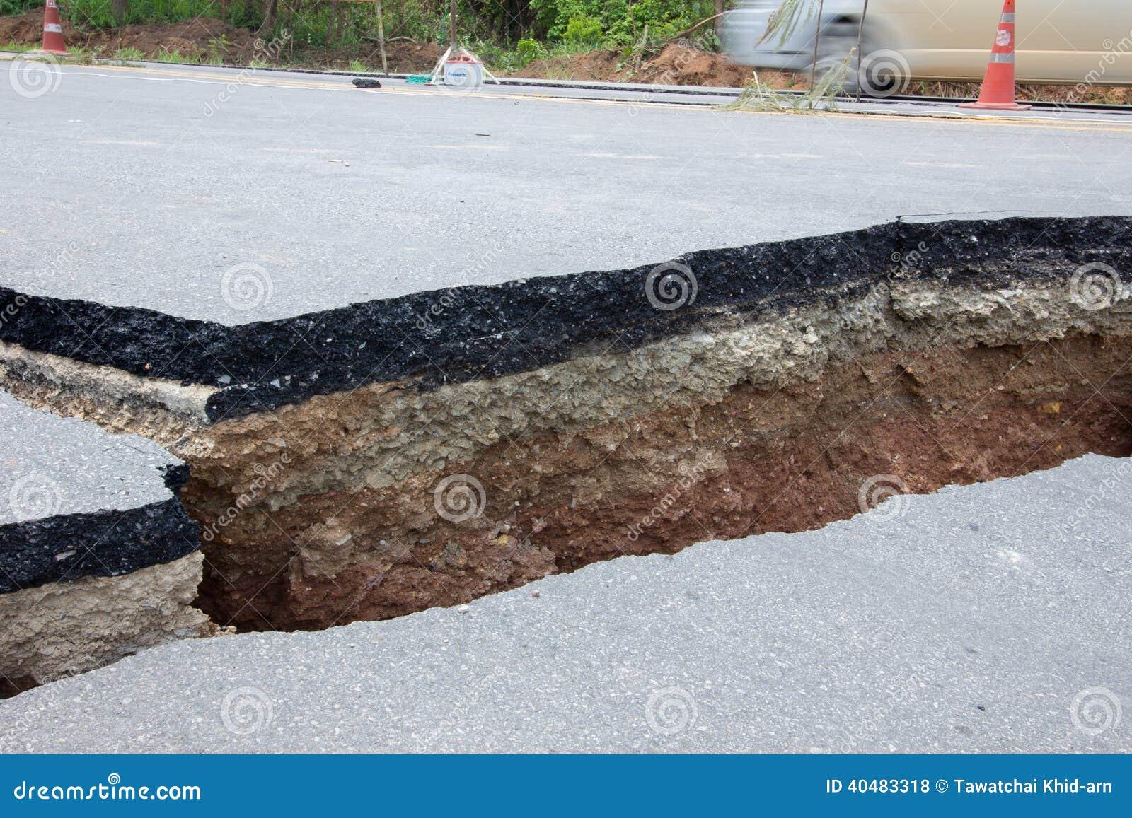 Łamana droga trzęsieniem ziemi w Chiang Raja, Thailand