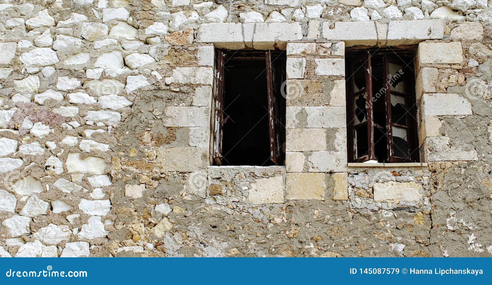Łamani okno w ścianie z cegieł