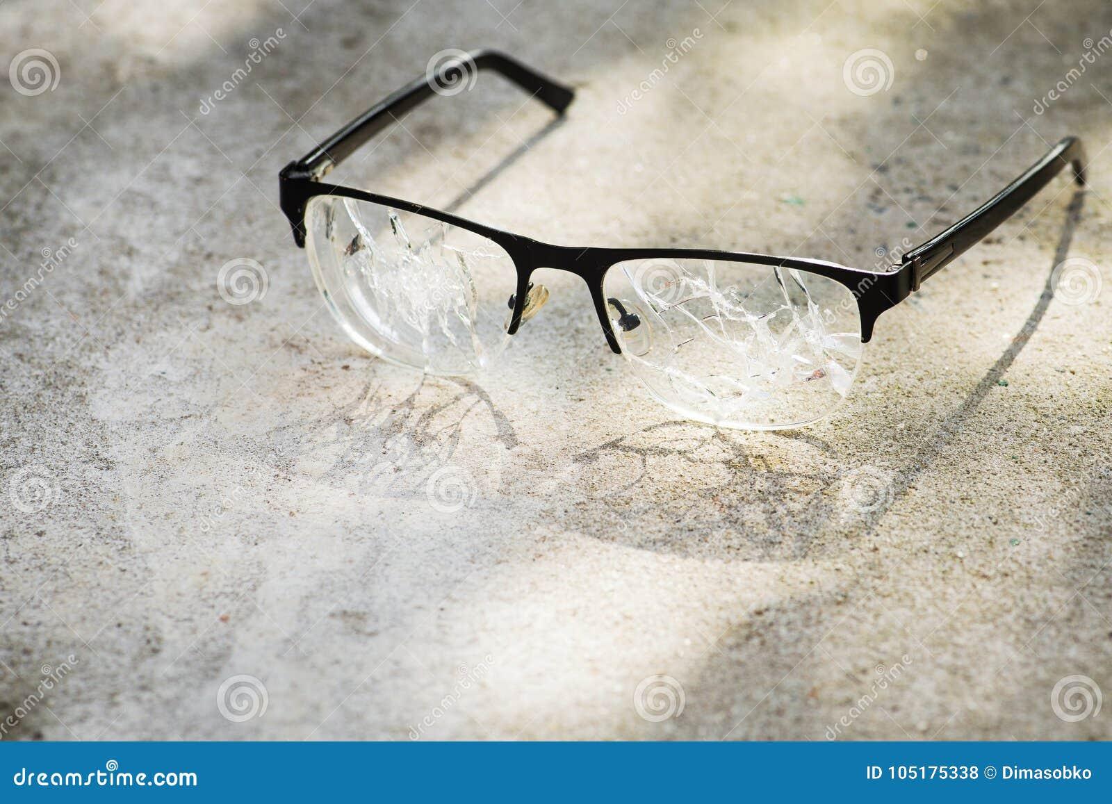 łamani szkła na asfalcie